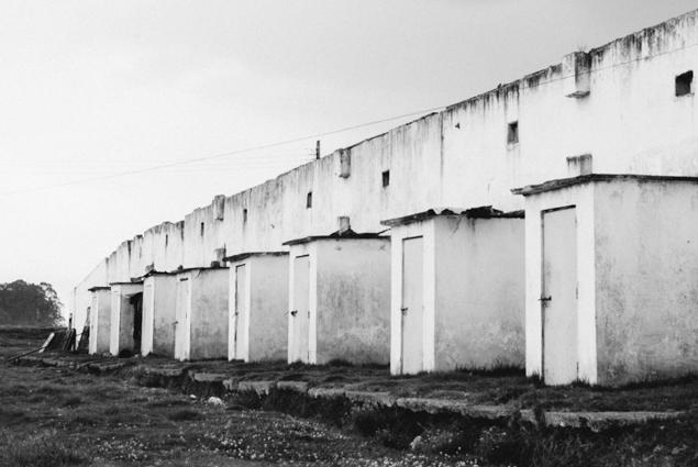 fotografia-ruinas-abandono-blanco-negro
