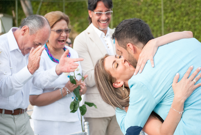 Boda-elianyjuan-beso-recien-casados-matrimonio-colombia-chinauta